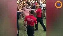 Cet homme complètement fou se fait plaquer sauvagement dans un festival !