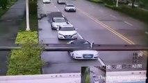 Un conducteur sort indemne de sa voiture détruite par un poteau !