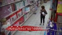 ฉากสยอง !! ผู้หญิงเดินซื้อของอยู่ดี ๆ เกิดอาการเหมือนถูกผีสิง เหตุเกิดที่จีน