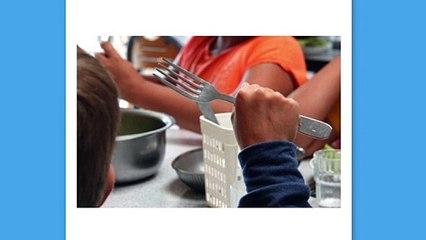 Dos niños comen a base de pan y agua porque sus padres no quieren pagar el comedor
