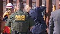 Donald Trump pose sa signature sur une nouvelle partie du mur frontalier