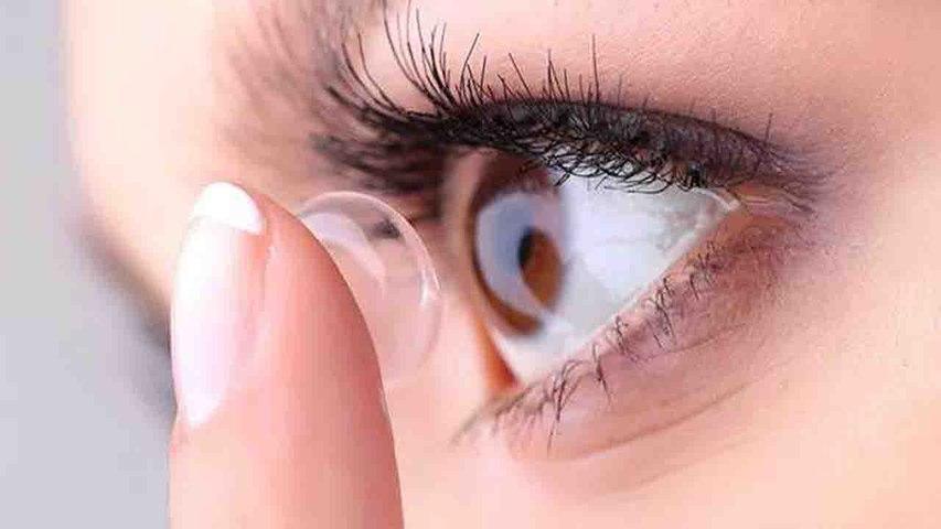 कांटेक्ट लेंस लगाती हैं तो मेकअप में ना करें गलतियां | Makeup tips During Contact Lenses | Boldsky