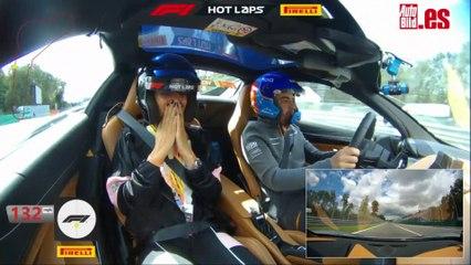 Copiloto de Fernando Alonso a más de 270 km/h: Locura total de una cantante italiana en Monza con el piloto español en un McLaren