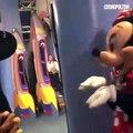 Mickey surprend Minnie en train d'accepter la demande en mariage d'un visiteur