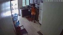 Un four explose subitement pendant que deux femmes font la cuisine