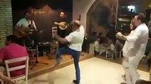 Danse endiablée d'un client au restaurant !