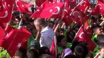 Başkan Tahmazoğlu, öğrencilerle birlikte çöp topladı