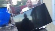 Il offre une TV écran plat à sa femme... Enfin presque. Télé cassée