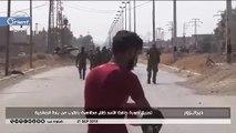متظاهرون يدعسون ويمزقون صورة حافظ الأسد في دير الزور (فيديو)