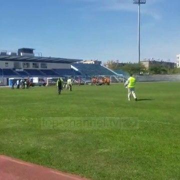 Montohen çadrat brenda stadiumit në Durrës
