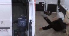 Pour punir un voleur de colis, Il l'enferme dans sa camionnette et le malmène en conduisant de manière très agressive