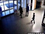 Un enfant se prend une porte vitrée et la brise... Oups