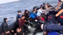 Mehmetçik düzensiz göçmenleri dev dalgaların arasından almış