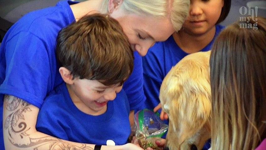 Bei dem Anblick ihres Sohnes und seines Hundes bricht diese Mutter in Tränen aus