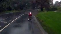 Le cycliste Johan Price-Pejtersen chute dans une flaque d'eau