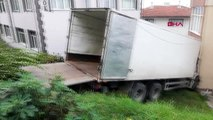 Zonguldak freni boşalan kamyon evin içine girdi