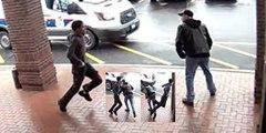 Video Viral: el abuelo del bastón intercepta con una zancadilla al atracador de la pistola que huye de la Policía
