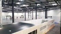 Une des vastes salles  du bâtiment industriel
