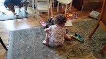 Ce chien et ce bébé semblent avoir la même passion : la musique
