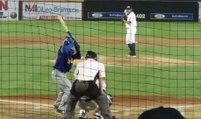 Quand le commentateur d'un match de baseball réussit à rattraper une balle !