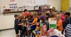 Des écoliers américains surprennent leur camarade en lui offrant des jouets après avoir tout perdu lors d'un incendie