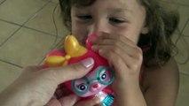 Brincando com  Caixas de Papelão e Apresentando a Boneca  Barbie e o Golfinho Mágico