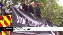 """İklim aktivistleri İngiltere Hazine Bakanlığı'nı """"kana buladı"""""""
