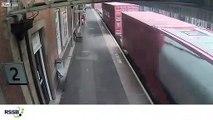 Un train de marchandise aspire une poussette qui, heureusement, était vide