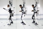 Un patient tétraplégique se déplace grâce à un exosquelette