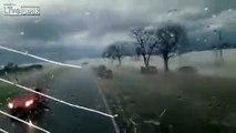 Il filme les dégâts après le passage d'un orage de grêle en Argentine