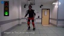 Un exosquelette permet à un patient de marcher à nouveau