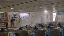 Acil durum yasasına rağmen Hong Kong'da protestolar devam etti, ülkede metro seferleri iptal