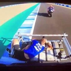 Il frôle la mort en photographiant des pilotes de moto sur un circuit