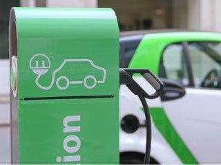 Strom an jeder Ecke? Mehr Ladestationen für Elektroautos!