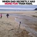 Avec ses enfants ils créent un veritable torrent sur la plage