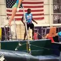 Ce prof de Gym tombe en aidant cette gymnaste à terminer son saut !