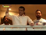 Salman Khan Wishes Eid Mubarak to His Fans From Balcony | Eid 2019 | SpotboyE