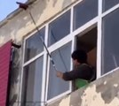 Un homme se rate en voulant détruire un nid de guêpes depuis sa fenêtre !