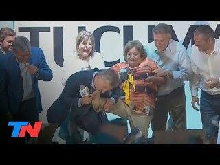 """Macri le besó los pies a una mujer en la marcha del """"Sí, se puede"""" en Tucumán"""