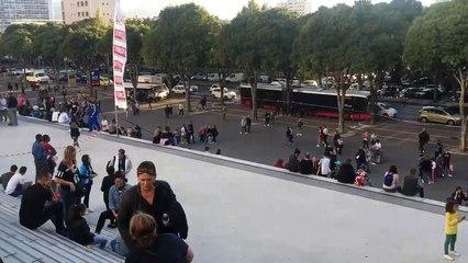 Soprano au Vélodrome: les Fans se massent en attendant l'ouverture