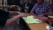 Un client fait un petit tour de magie à la serveuse et elle ne s'attendait pas à ça