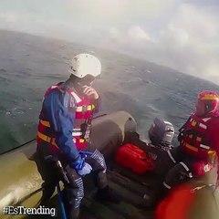 El increíble momento en el que una ballena jorobada es rescatada en altamar