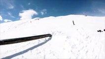 Chute en snowboard, il termine la rampe sur les côtes