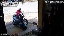 La chute en moto la plus ridicule et incompréhensible qui soit. Douloureux