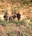 Suriye'de yakalanan teröristlerin başına çuval geçirildi