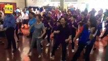 出席世界儿童日庆典    首长夫人跳体操舞