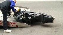 La fourrière emporte une moto.. en la traînant au sol !