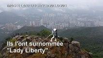 Une statue appelant à libérer Hong Kong au sommet d'une montagne