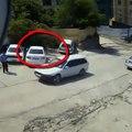 Ce conducteur va sortir pile au bon moment de son véhicule et échapper au pire