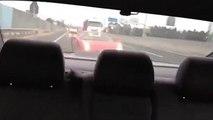 Le conducteur d'une Ferrari veut montrer la puissance de sa voiture en accélérant à fond sur une route mouillée